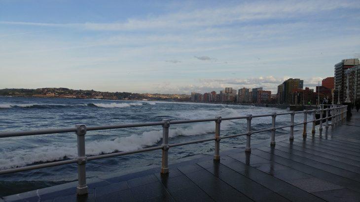 Playa de San Lorenzo con marea alta