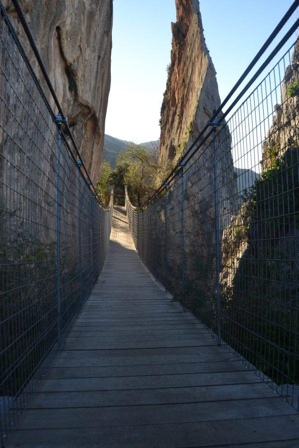 Puente colgante de madera junto al castillo