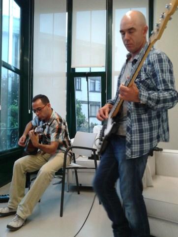 Alex y Roberto tocando en Gorliz
