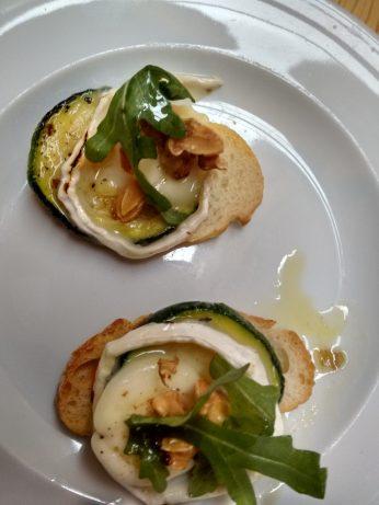 Tapa de queso con calabacin y rúcula