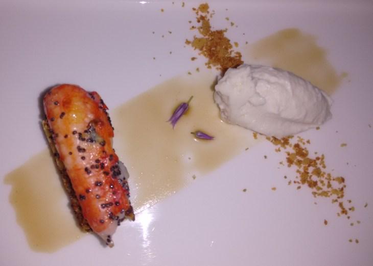 Cangrejo Real, bizcocho de vainilla, helado de ajoblanco, con jugo de tierra y mar