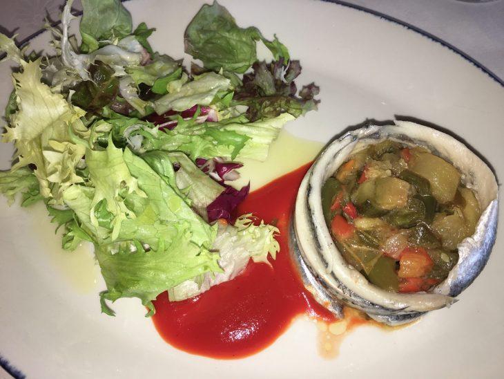 Ensalada de anchoas marinadas con pisto de manzana