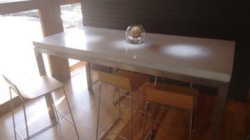 Espacio de mesas altas
