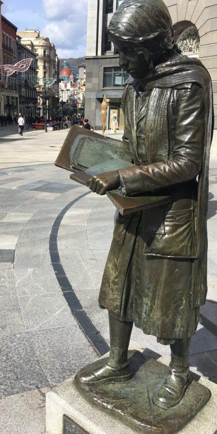 """Escultura de """"Esperanza caminando"""""""