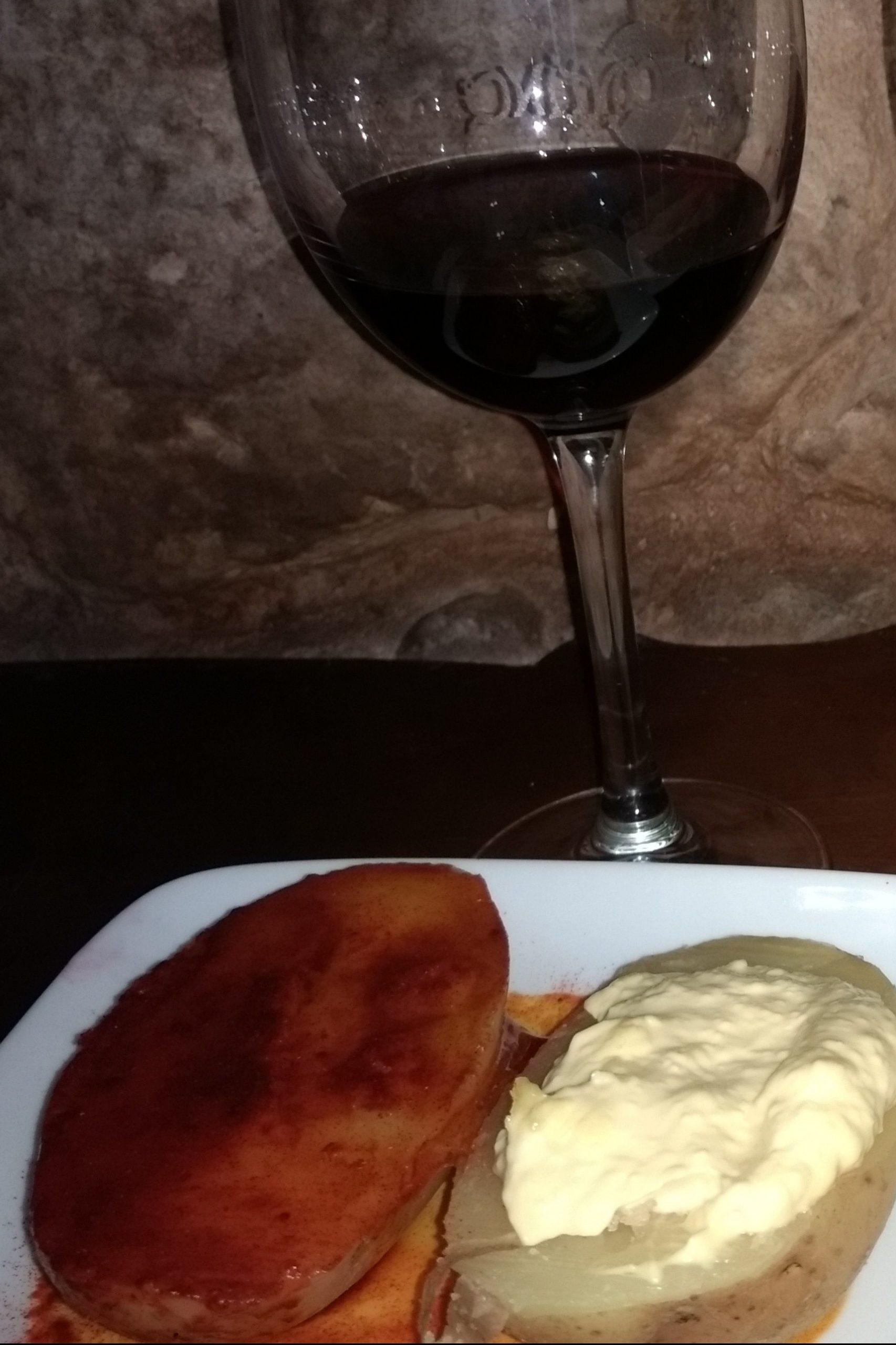 Copas de vino y Tapa de Patata