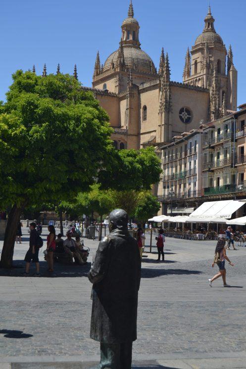 Catedral de Segovia y estatua de Antonio Machado