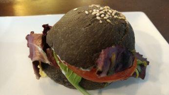 Bocadillo de pan de tinta con salmón