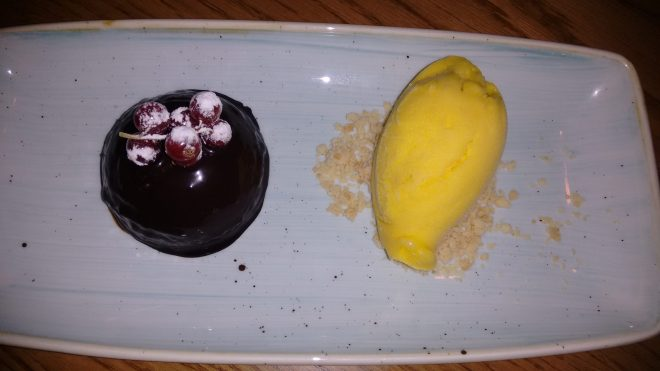 Bombón de chocolate con helado de mandarina