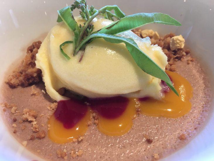 Bavaroise de chocolate belga con cumble de coco y almendra y crema helada de maracuyá