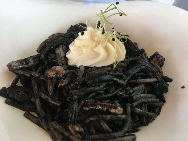 Fideuá negra de marisco con ali-oli suave