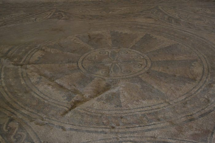 Mosaicos de los suelos en forma de sombrilla de la domus romana