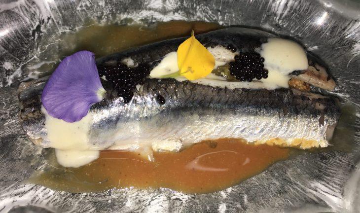 Anchoa marinada sobre praliné de almendra salada, emulsión de salazon y tobiko