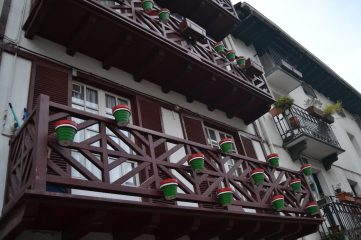 Balcones de madera pintados