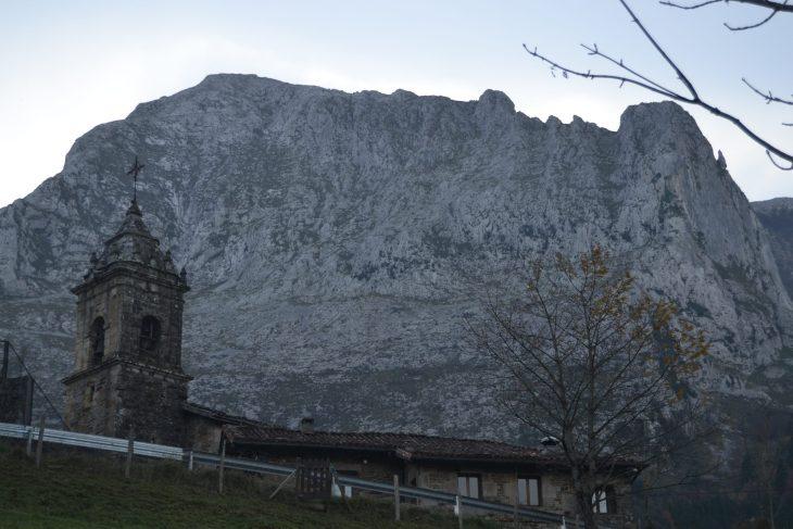 Iglesia de San Miguel y las paredes del Amboto