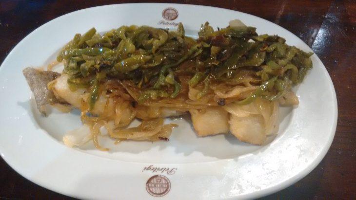 Bacalao frito con pimientos verdes