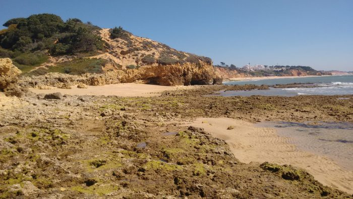 Calas y rocas frente a Praia Maria Luisa