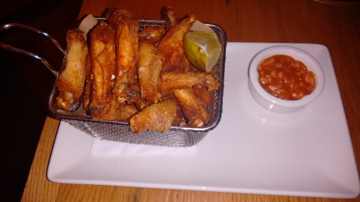 Alitas de pollo fritas con salsa rocoto picante