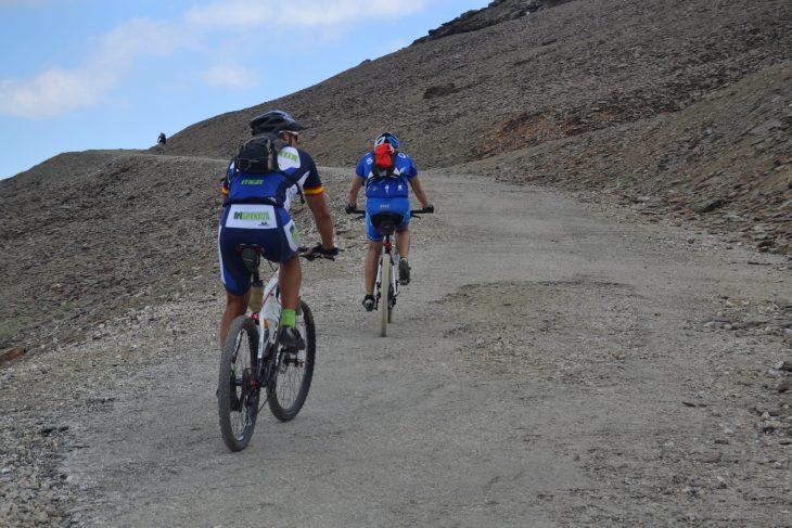 Ciclistas ascendiendo al Veleta