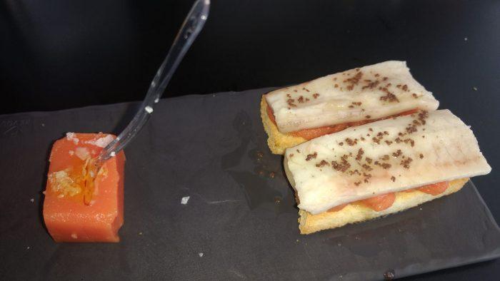 Anguila ahumada con tomate natural en dos texturas