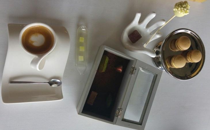 Cafe cortado y Petits Fours