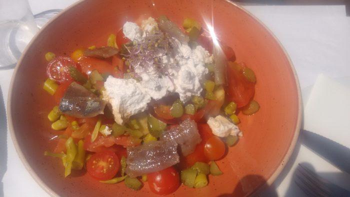 Ensalada de tomates de verano con sardina ahumada