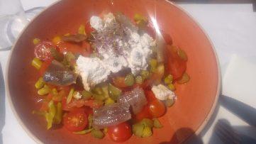 Ensalada de tomate y sardina ahumada