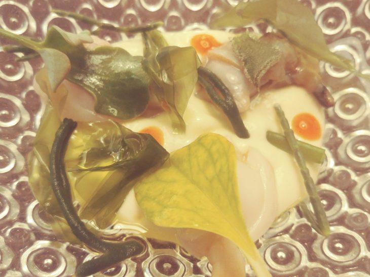 Almejas en escabeche de perdiz, algas y brotes marinos