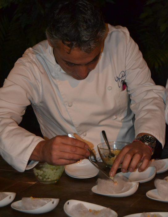 Ricardo Pérez elaborando uno de sus platos