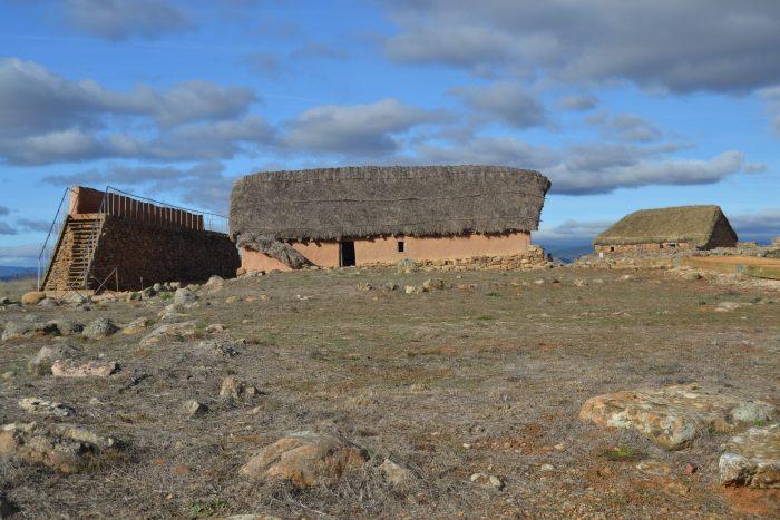 Restos de la muralla y recreaciones de una casa celtíbera y romana