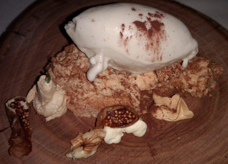 Merengue de almendras, toffee, queso mascarpone y helado de boletus