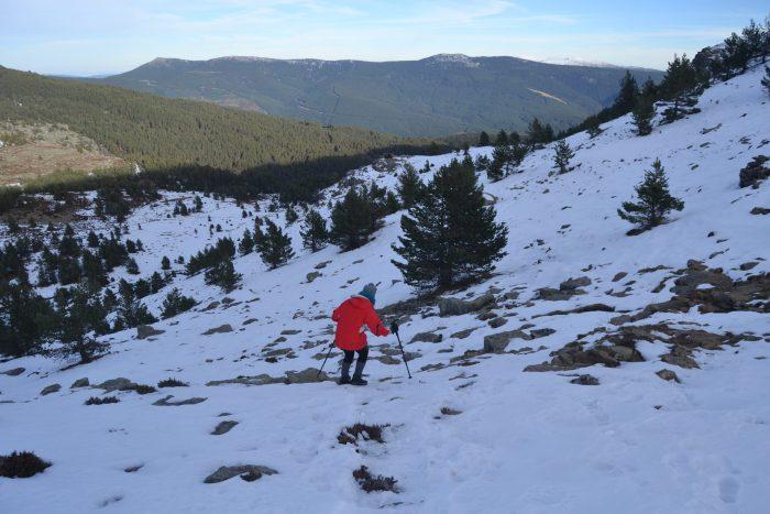 Esther bajando por la ladera nevada