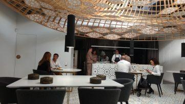 Comedor y cocina del Noor Restaurant