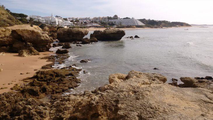 Cala y Praia de Oura al fondo
