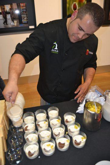 Sirviendo un postre a base de yogur y frutas