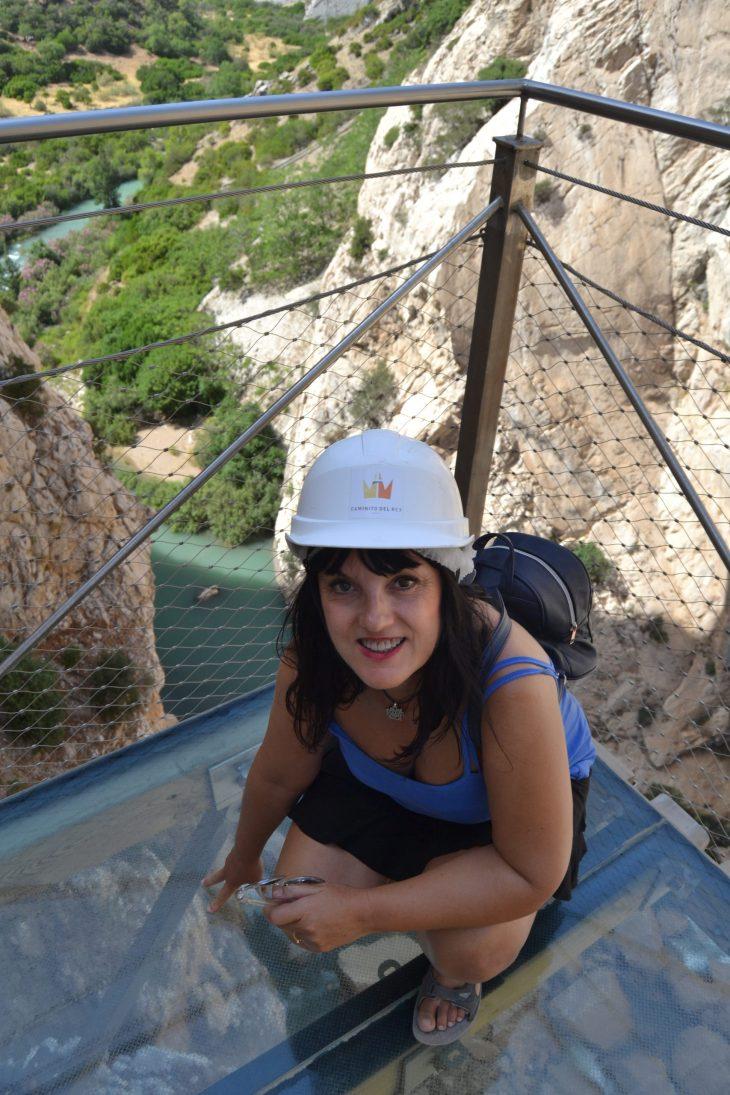 Esther en el Balcón de cristal del Caminito del Rey