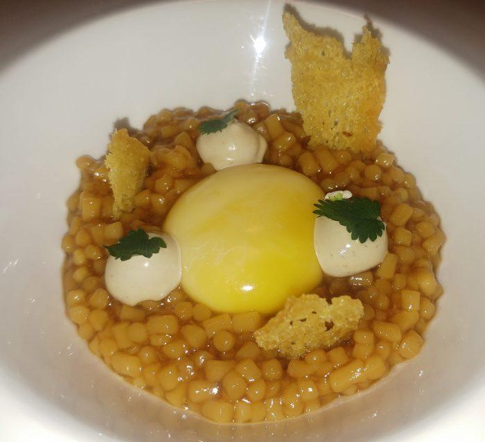 Huevo de caserío sobre estofado de trigo