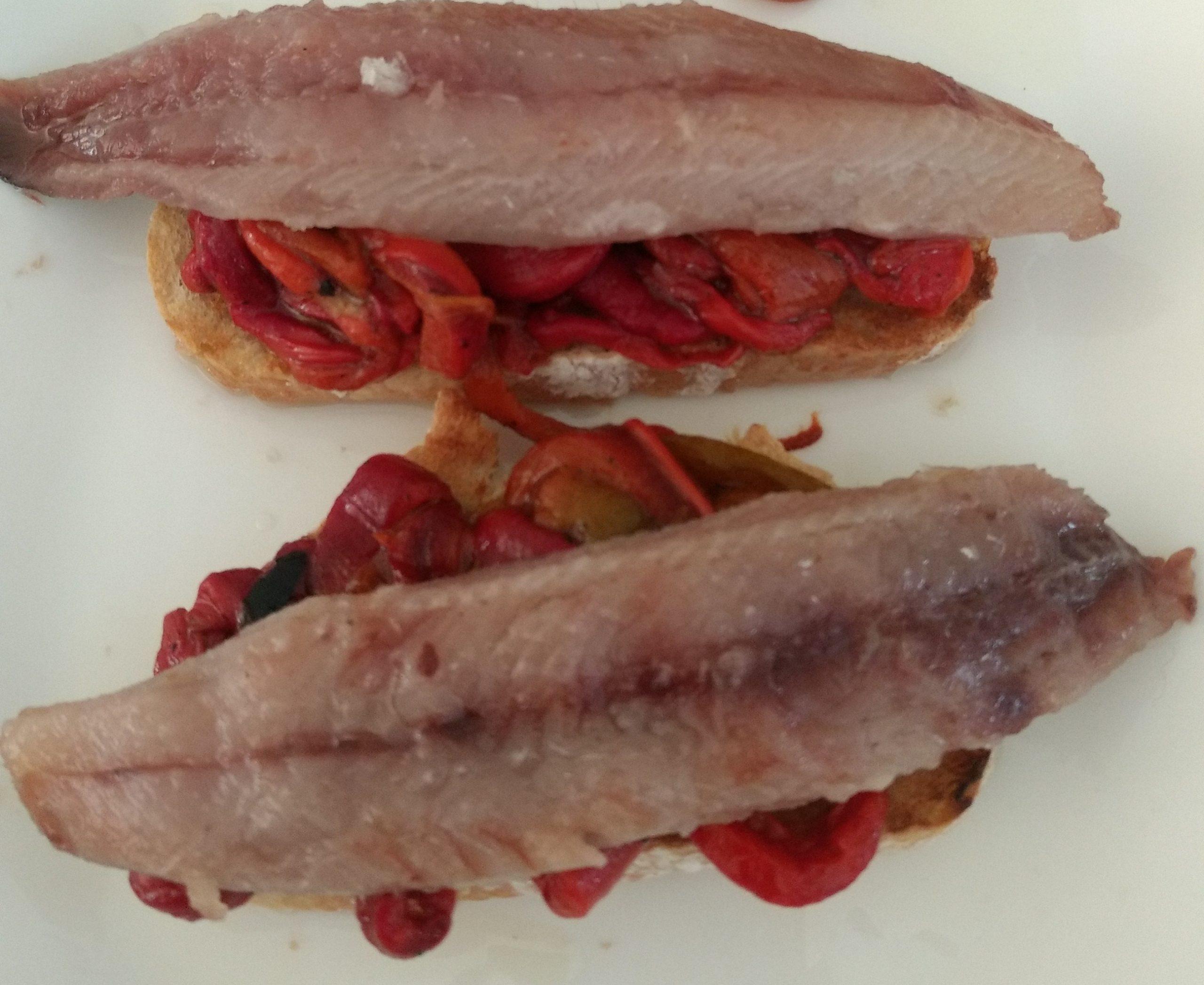 Tosta de pimientos asados con sardina ahumada