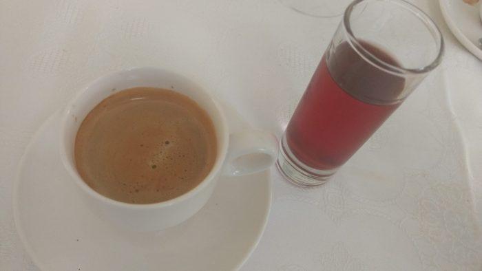 Café y un chupito de Pacharan Baines