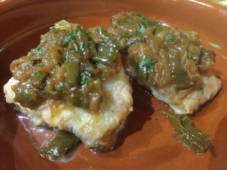 Bacalao frito con piparrak o pimientos verdes
