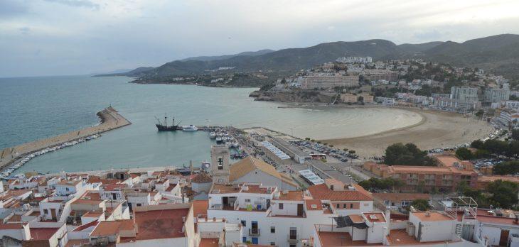 Playa Sur y al fondo la Cala del Moro de Peñiscola