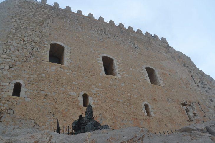 Escultura del Papa Luna en Peñiscola