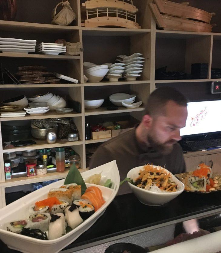 Tomás preparando los platos del Nikkou