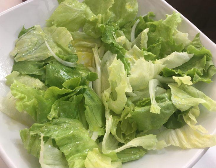 Ensalada verde de cebolla y lechuga