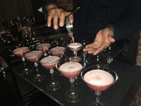 Bartender preparando varios Tequila sour