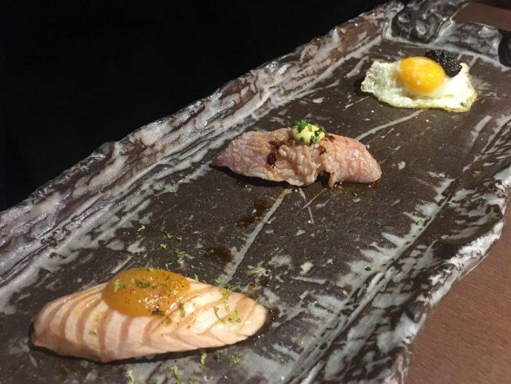 Nigiris de salmón, toro y huevo frito de codorniz con trufa