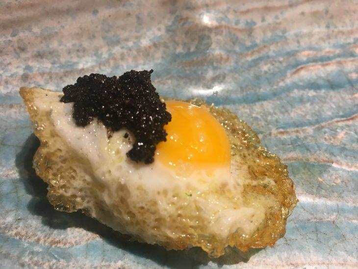 Nigiri de huevo frito de codorniz con paté de trufa
