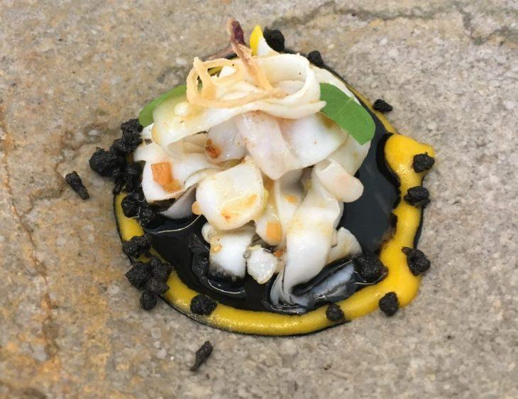 Calamar de Guadañeta, cremoso de tinta, crujiente ibérico y chimichurri