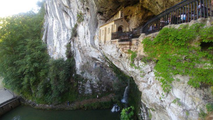 Cueva Santa y Cascada de los Siete Caños