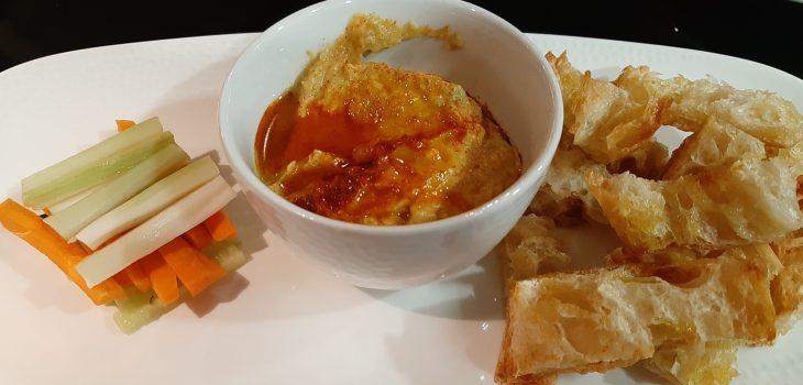 Hummus de aguacate con crudités de verduras y pan cristal