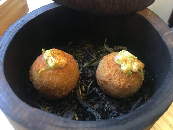 Croquetas de pollo ahumado con mayonesa de lima kaffir y tamarindo